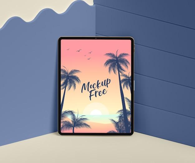 Concetto di estate con tablet nell'angolo