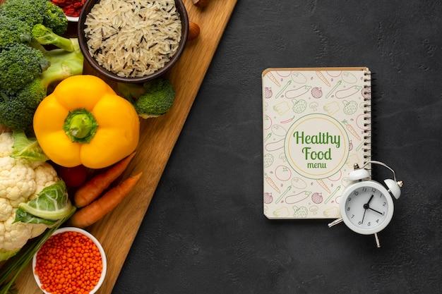 Concetto di gestione del tempo piatto laico per la dieta