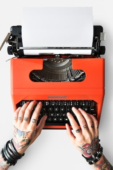 Concetto di giornalismo della lettera della macchina della macchina da scrivere del tatuaggio