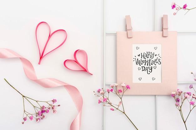 Concetto di san valentino con la struttura e i fiori