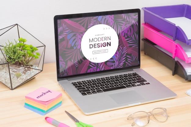 Concetto di scrivania con laptop e note adesive