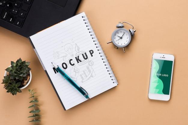 Concetto di scrivania con notebook e telefono