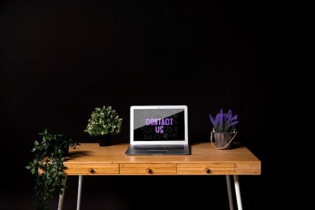 Concetto di scrivania moderna con piante