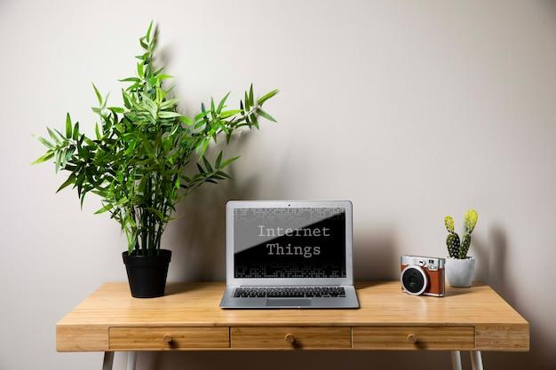 Concetto di ufficio con il portatile