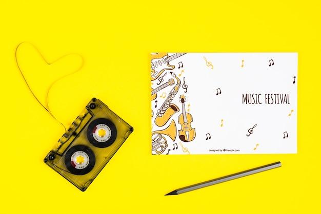 Concetto musicale sullo strato con nastro adesivo accanto