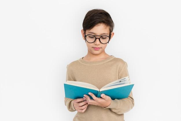 Concetto sveglio adorabile del ritratto di istruzione del libro del bambino del ragazzino