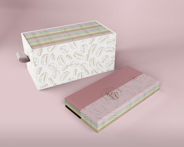 Confezione di tavolette di cioccolato e scatola di carta