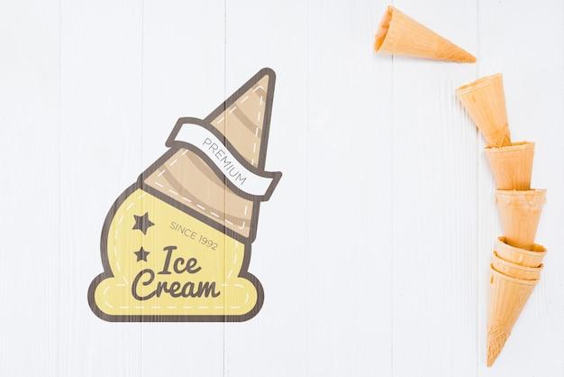 Coni di gelato piatto laici con copyspace