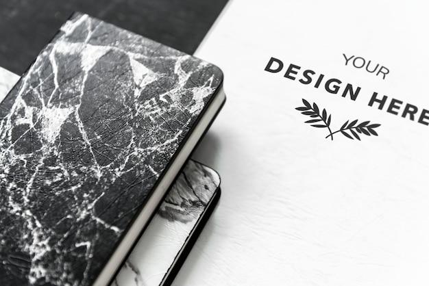 Conjunto blanco y negro de maquetas de material impreso.