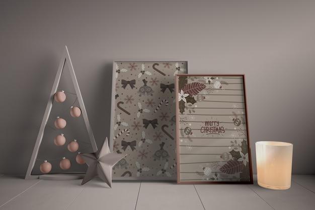 Conjunto de pinturas en el piso al lado del árbol de navidad en miniatura