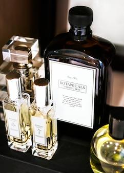 Conjunto de productos botánicos para el cuidado de la piel en el baño.