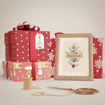 Conjunto de regalos envueltos en maqueta de mesa