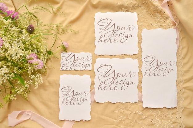 Conjunto de tarjetas de invitación de boda. flores y cinta maqueta collage de plantilla.