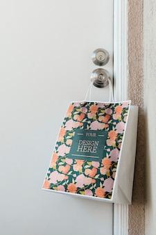 Contactloze levering bakkerij tas mockup hangend aan een deurknop dur