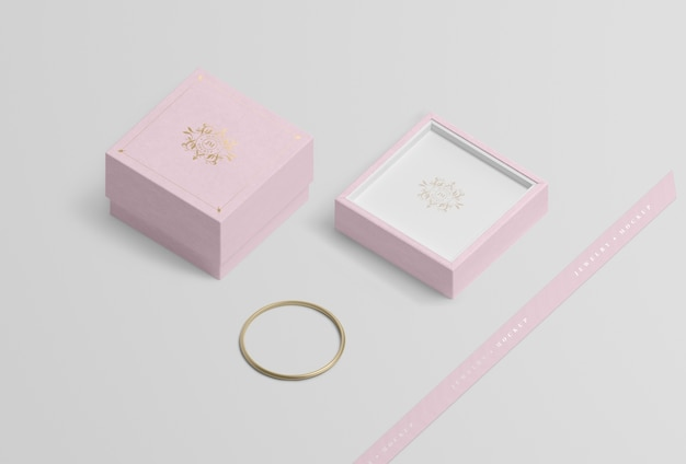 Contenitore di gioielli vuoto vicino al braccialetto dorato