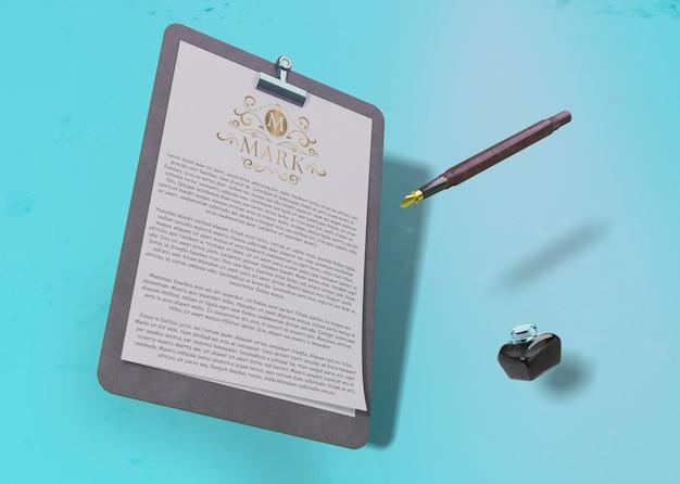 Contrato de papel de maqueta y bolígrafo con tinta