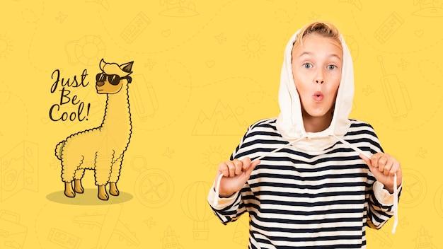 Cool kind poseren in sweater met capuchon