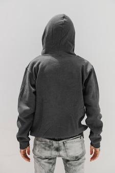 Cool meisje met een grijze hoodie-mockup