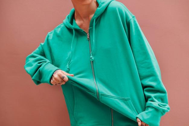 Cool meisje met een groenblauwe hoodie