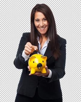Coole zakenvrouw met spaarvarken