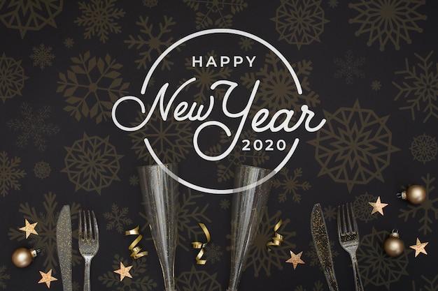 Copas para champagne y cubiertos para fiesta de año nuevo