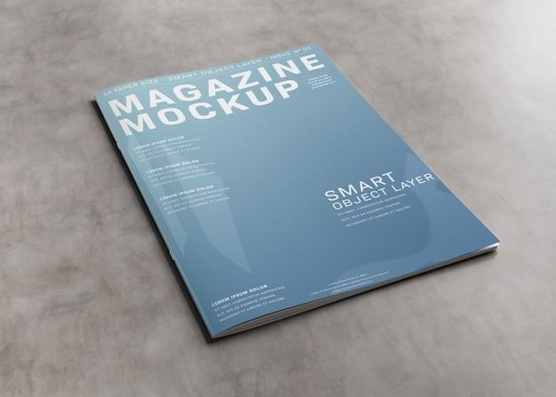 Copertina di una rivista su superficie di cemento