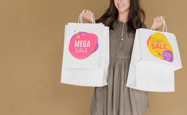 Copia espacio mujer con bolsas de compras