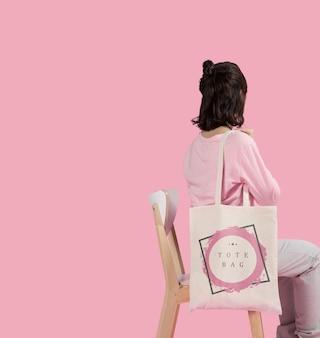 Copia espacio mujer con bolso de mano