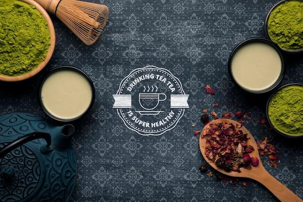 Copia-spazio tè e tè in polvere sul tavolo