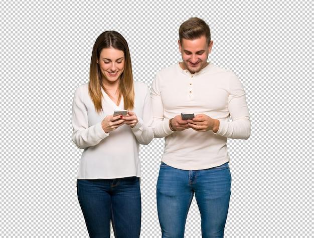 Coppia nel giorno di san valentino invio di un messaggio con il cellulare