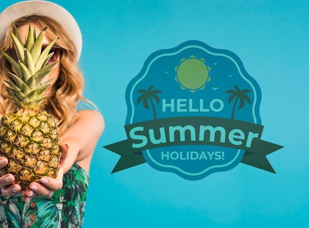 Copyspace mockup con il concetto di estate accanto alla donna attraente