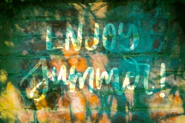 Copyspace mockup sul muro per l'estate lettering