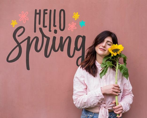 Copyspace-mockup voor de lenteverkoop met aantrekkelijke vrouw