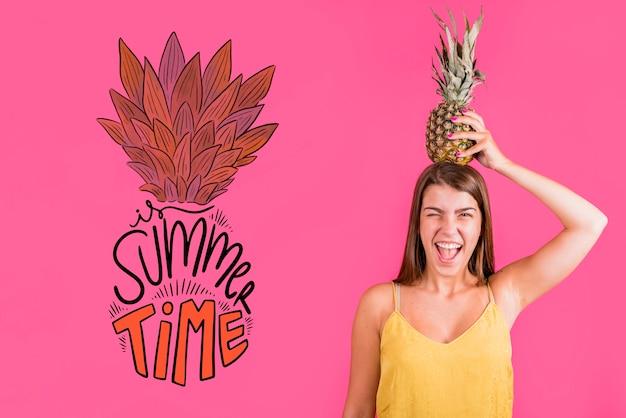 Copyspace-mockup voor de zomer met vrolijke vrouw