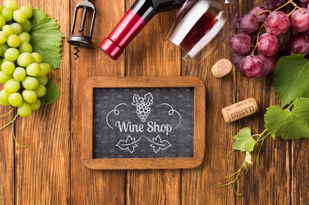 Cornice con bottiglia di vino naturale