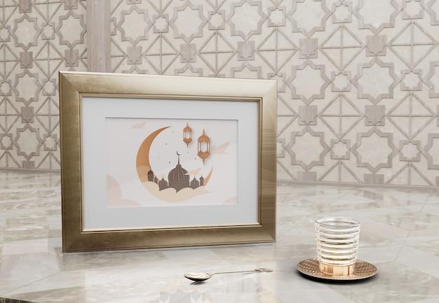 Cornice con immagine della moschea e vetro sul tavolo di marmo