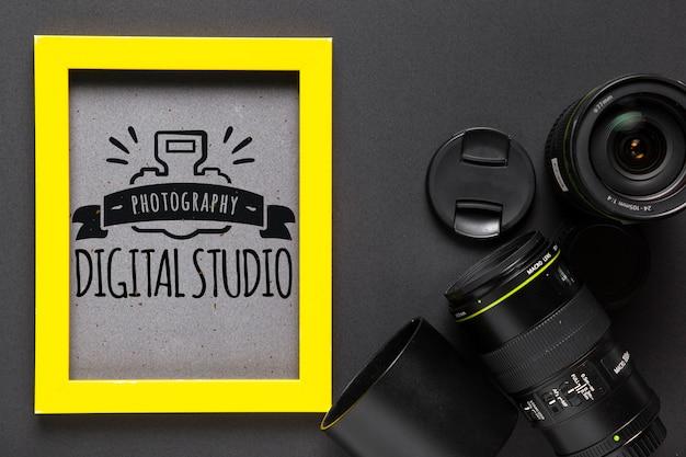 Cornice con logo in studio accanto alla fotocamera