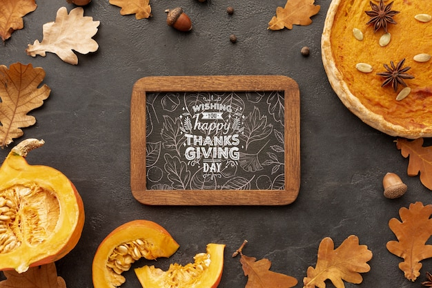 Cornice del ringraziamento con foglie di autunno dagli alberi