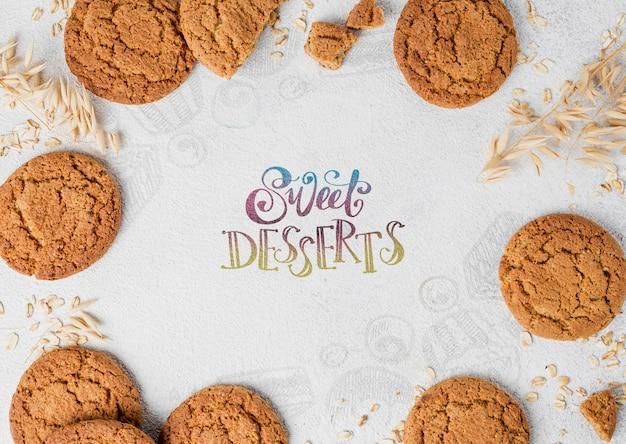 Cornice di biscotti sul tavolo