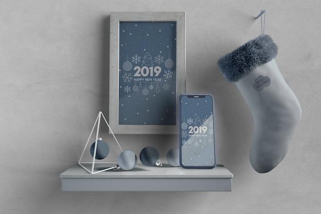 Cornice e calza sul muro sopra mensola con telefono