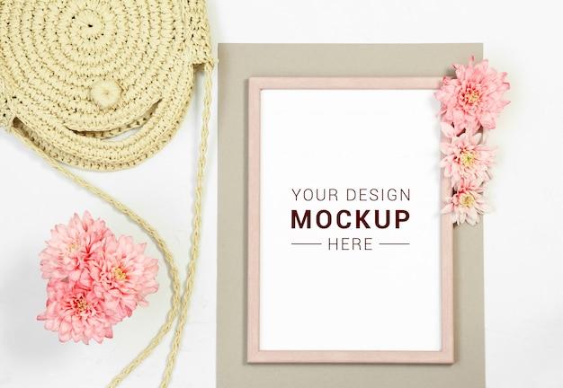 Cornice per foto con borsa di paglia e fiori rosa