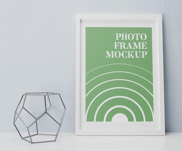 Cornice per foto sulla sala interna del mockup del tavolo