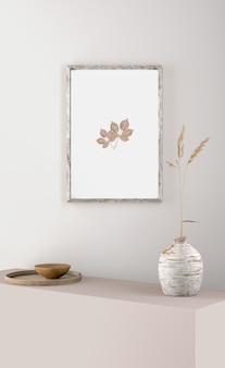 Cornice su muro con fiore in vaso