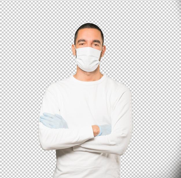 Coronavirus. giovane uomo che fa concetti e indossa maschera e guanti protettivi