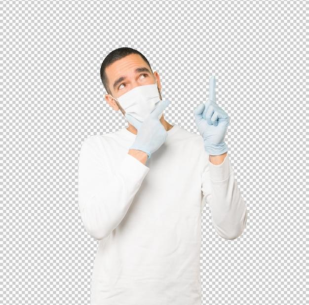 Coronavirus. joven haciendo conceptos y con máscara y guantes protectores