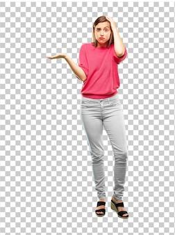 Corpo pieno di giovane donna con uno sguardo interrogativo e confuso
