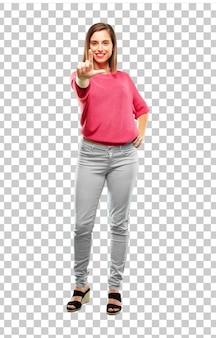 Corpo pieno di giovane donna gesticolando segno più sciolto