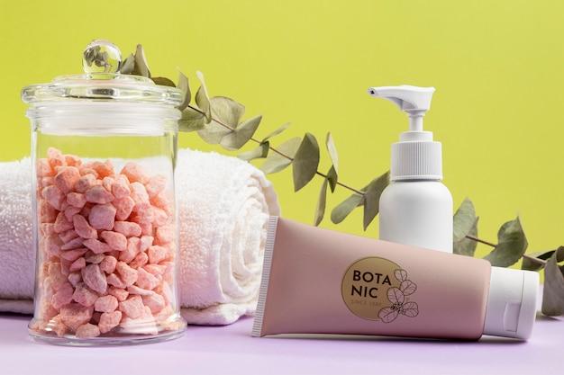 Cosmetici naturali con asciugamano