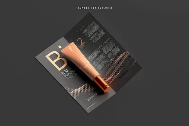 Cosmetische crème tube mockup met bi-fold brochure