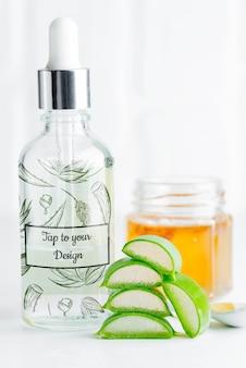 Cosmetische zelfgemaakte lotion of etherische olie van natuurlijke gesneden aloë vera plant in glazen flessen